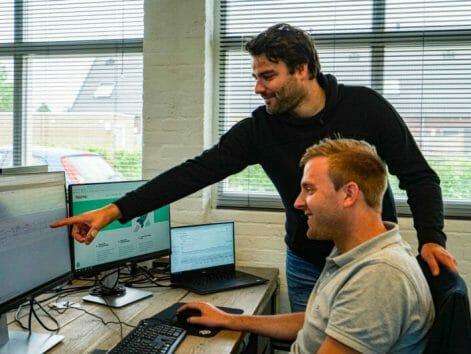 Foto van Iwan Post en Arjen Post die bezig zijn met Google Ads